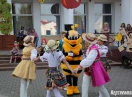 Two holidays at once celebrate in Obukhovo today: day of the agrotown and Honey and Apple Saviour festival