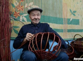 85-year-old grandfather weaves baskets from a vine with one hand